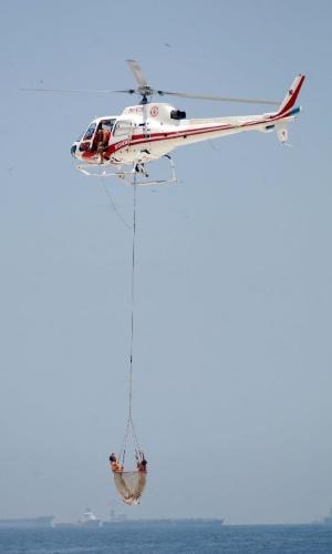 27.jan.2014 - Bombeiros resgatam vítima de afogamento com a ajuda de um helicóptero na praia de Ipanema no Rio, nesta segunda-feira (27)