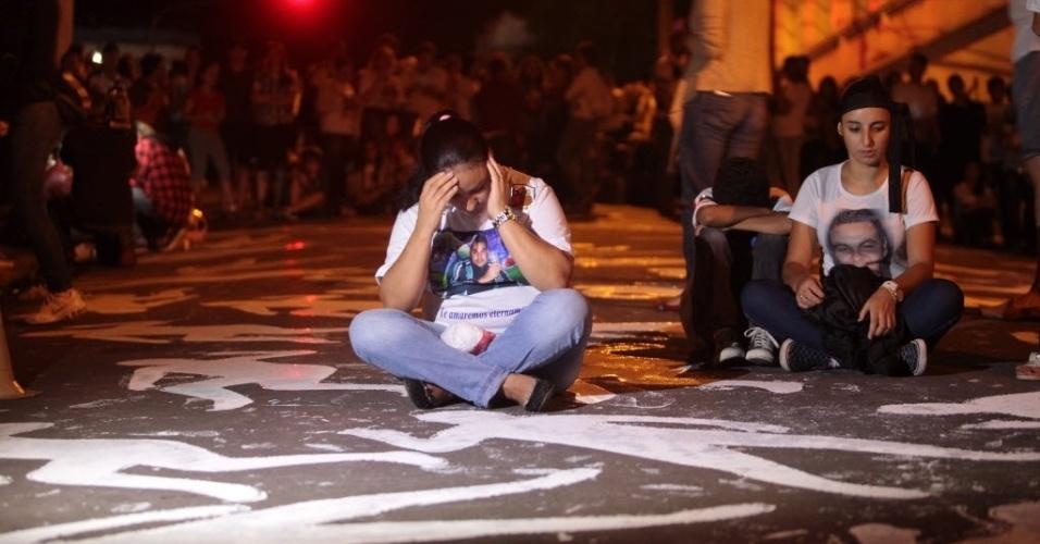 27.jan.2014 - Familiares, amigos e outras pessoas fazem vigília diante da boate Kiss, em Santa Maria (RS), em memória de um ano da tragédia que matou 242 pessoas em 27 de janeiro de 2013. Entre outros atos, o grupo pintou no chão 242 silhuetas, representando cada uma das vítimas