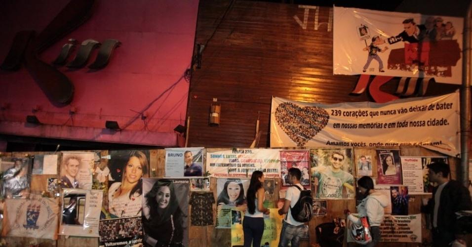 27.jan.2014 - Familiares e amigos fazem vigília diante da boate Kiss, em Santa Maria (RS), em memória de um ano da tragédia que matou 242 pessoas em 27 de janeiro de 2013