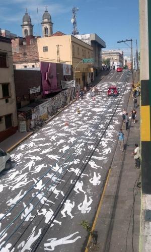 27.jan.2014 - Voluntários pintaram 242 corpos no asfalto da Rua dos Andradas, em Santa Maria (RS), para lembrar cada um dos mortos no incêndio que atingiu a boate Kiss há um ano