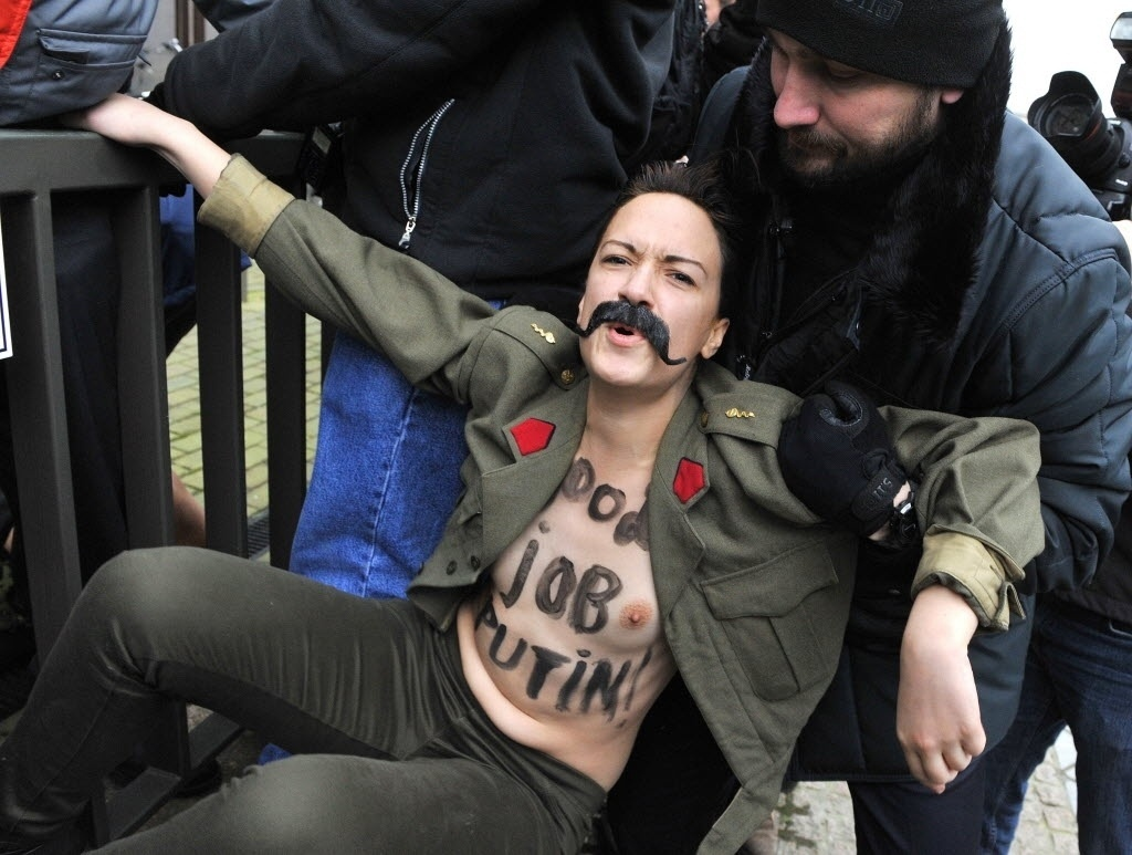 28.jan.2014 - Ativistas do Femen protestam em frente à sede da União Europeia, em Bruxelas, antes de conferência entre Estados Unidos e Rússia