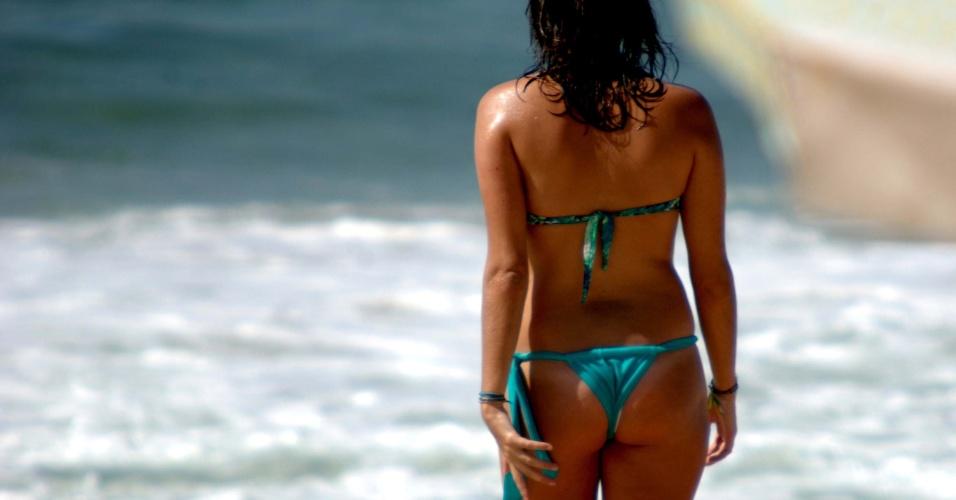 28.jan.2014 - Banhista aproveita a terça-feira de menor movimento na praia de Ipanema, zona sul do Rio. A temperatura de 30ºC era um convite a entrar no mar