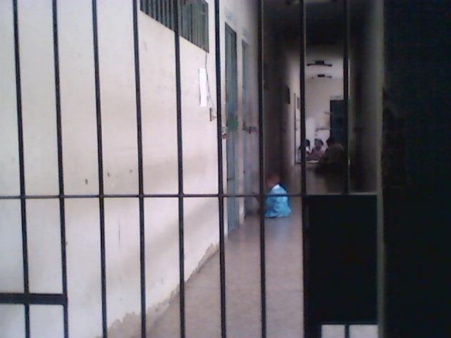 28.jan.2014 - Bebê é visto no chão da Penitenciária Feminina de Teresina