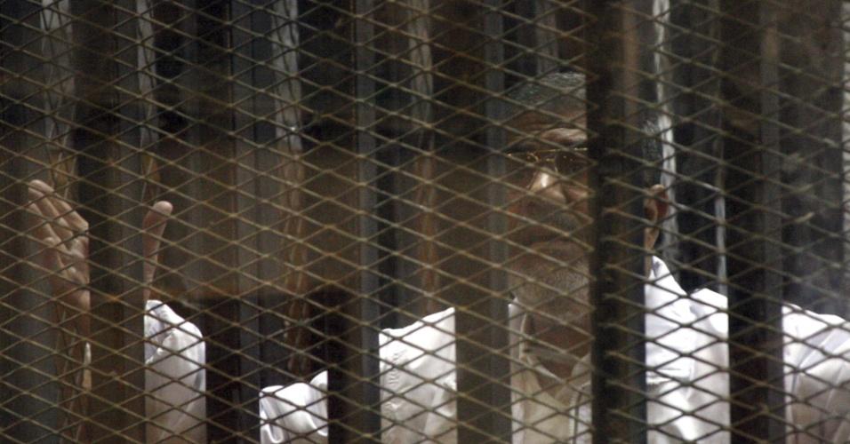 28.jan.2014 - Governo militar egípcio coloca o presidente deposto Mohammed Mursi numa cela de vidro construída sob medida para que ele comparecesse diante de um tribunal no Cairo nesta terça-feira. Ele responde por fuga da prisão durante a revolução de 2011. Esta foi apenas sua segunda aparição pública desde que foi deposto, em julho passado