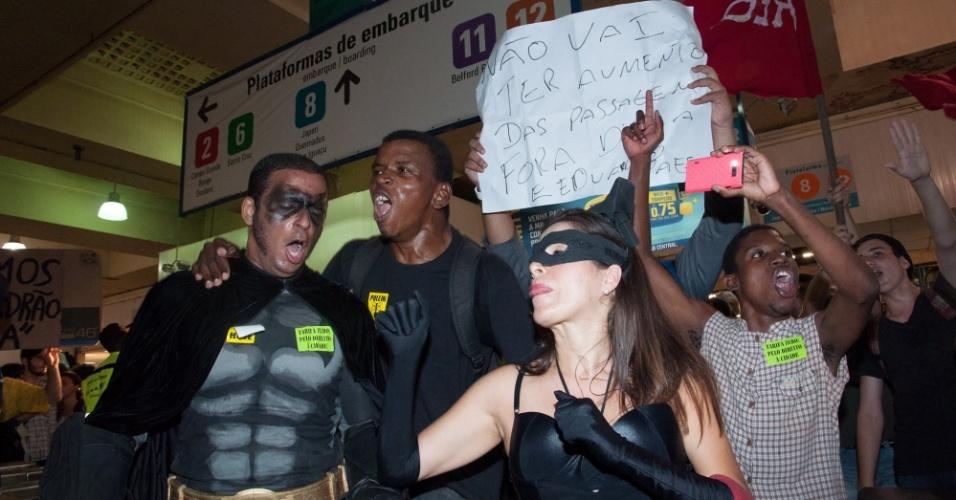 28.jan.2014 - Manifestantes fantasiados fazem protesto na estação de trens da Central do Brasil, no centro do Rio de Janeiro, nesta terça-feira (28), contra o aumento da tarifa das passagens de ônibus e trens. Muitos deles pularam as catracas, o que fez com que alguns passageiros se aproveitaram do ato e passassem sem pagar