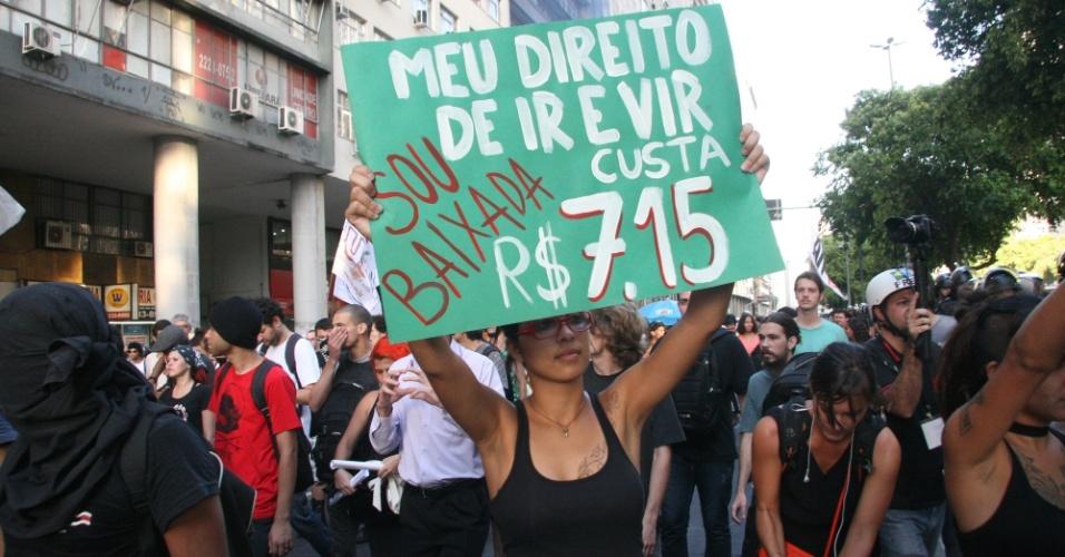 28.jan.2014 - Manifestantes fazem ato contra o aumento da tarifa das passagens de ônibus no centro do Rio de Janeiro, nesta terça-feira (28). Eles foram até a estação de trens da Central do Brasil, onde pularam as catracas. Muitos passageiros aproveitaram o movimento para passar as catracas sem pagar
