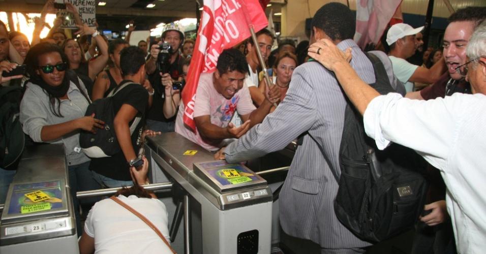 28.jan.2014 - Manifestantes invadiram a estação de trens da Central do Brasil, no centro do Rio de Janeiro, nesta terça-feira (28), pedindo para as catracas fossem liberadas. O protesto é contra o aumento da tarifa das passagens de ônibus e trens. Muitos trabalhadores se aproveitaram do ato e passaram sem pagar