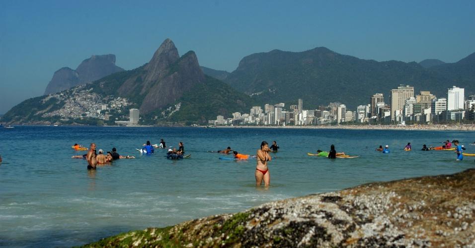 29.jan.2014 - Banhistas aproveitam o mar, na praia do Arpoador, no Rio de Janeiro, na manhã desta quarta-feira (29). A temperatura no momento é de 28ºC, e deve chegar aos 40°C durante a tarde