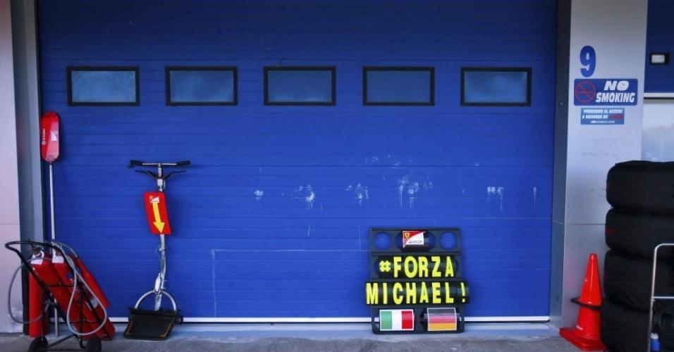 29.jan.2014 - Letreiro com a frase ?Força Michael? decora a garagem da Ferrari durante o segundo dia de treinos oficiais para a Fórmula 1, durante circuito em Jerez de la Frontera, Espanha. O ex-piloto alemão Michael Schumacher completou um mês em coma, em um hospital em Grenoble, no leste da França, após sofrer um acidente de esqui na Suíça
