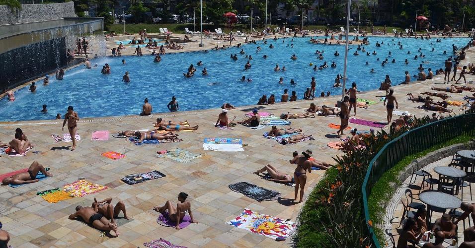 29.jan.2014 - Populares aproveitam forte calor no Sesc Belenzinho, em São Paulo, SP, nesta quarta-feira (29)