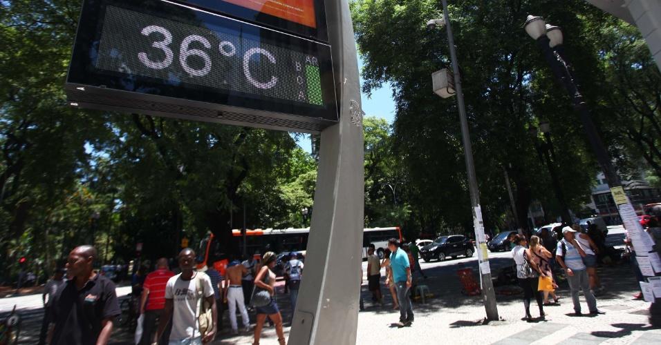 29.jan.2014 - Termômetro marca 36°C na Praça da República, no centro de São Paulo (SP), na tarde desta quarta-feira. A capital paulista teve hoje a menor umidade relativa do ar no ano, com apenas 14%, valor que colocou a cidade em estado de alerta