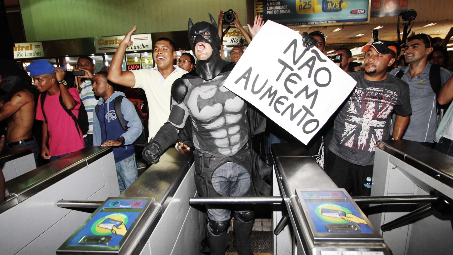 30.jan.2014 - Manifestantes pulam as roletas da Central do Brasil, no centro do Rio, nesta quinta-feira (30), em protesto contra o aumento das passagens de ônibus e trens. O protesto é organizado pelo grupo Passe Livre-RJ e conta com manifestantes do Black Bloc. O reajuste foi anunciado ontem (29) pelo