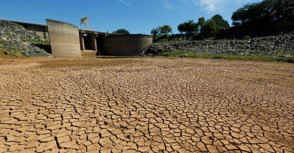 30.jan.2014 - Represa do sistema Cantareira em Bragança Paulista, na Grande São Paulo, apresenta nível baixo