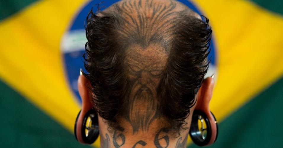 31.jan.2014 - Artista corporal que participa da ?Expo Tattoo Venezuela? mostra as imagens que tem no couro cabeludo, em um shopping de Caracas