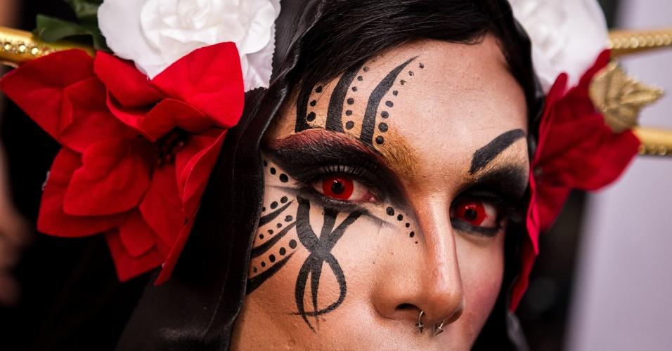 31.jan.2014 - Artista mostra as tatuagens que tem no rosto durante a ?Expo Tattoo Venezuela?, em Caracas