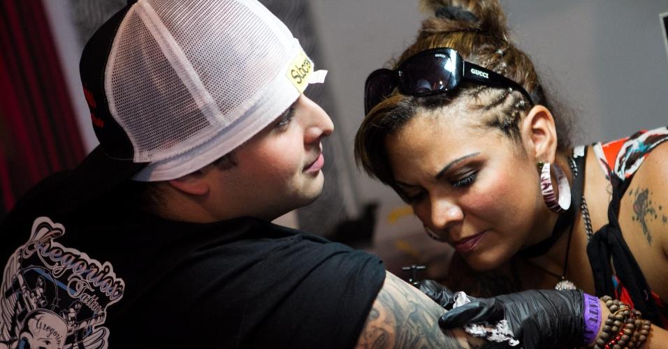 31.jan.2014 - Homem aproveita para fazer novas tatuagens durante a ?Expo Tattoo Venezuela?, em Caracas