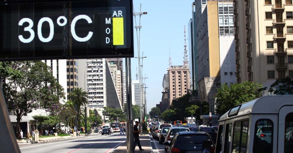 31.jan.2014 - Os termômetros voltaram a registrar temperaturas altas em São Paulo. Em alguns pontos da cidade, como na avenida Paulista, as temperaturas chegaram aos 30 graus Celsius. De acordo com o Instituto Nacional de Meteorologia (Inmet), São Paulo teve o mês de janeiro mais quente dos últimos 71 anos