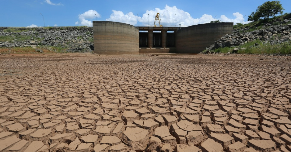 31.jan.2014 - Solo seco e rachado é visto da Represa Jaguari, que integra o sistema da Cantareira, principal provedor de água de São Paulo, nesta sexta-feira (31)