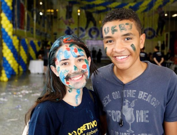 Alice e o amigo Gustavo comemoram a aprovação no vestibular: ela na USP e ele na UFRJ