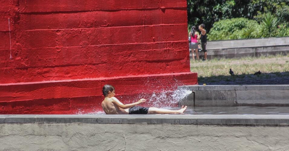 1.fev.2014 - Criança brinca no espelho d'água no vão livre do MASP (Museu de Arte de São Paulo) em tarde de muito calor na cidade de São Paulo. Termômetros marcam 37°C na avenida Paulista
