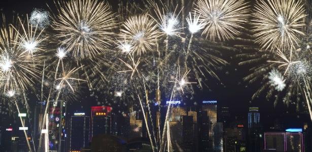 1fev2014---fogos-de-artificio-explodem-n