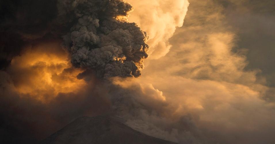 1º.fev.2014 - Vulcão Tungurahua entra em erupção e expele cinzas em Baños (Equador). A Secretaria Nacional de Gestão de Risco do Equador emitiu alerta laranja nas regiões consideradas de alto risco nas províncias de Tungurahua e Chimborazo pelo aumento da atividade do vulcão