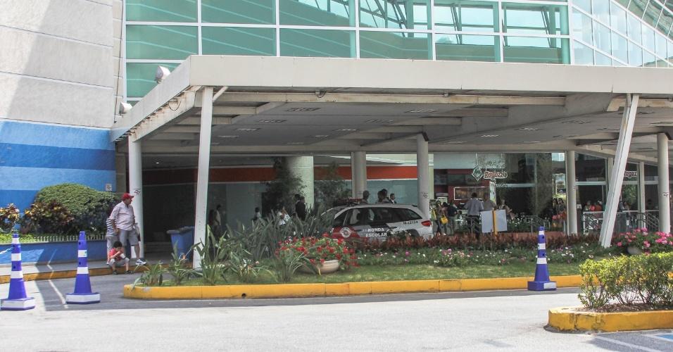 2.fev.2014 - A Polícia Militar reforçou a segurança no Shopping Interlagos na tarde deste domingo (02), no Jardim Umuarama, zona Sul, depois de circular nas redes sociais que haveria um rolezinho no local