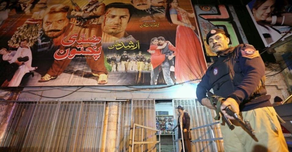 2.fev.2014 - Autoridades de segurança paquistanesas guardam a cena da explosão de uma bomba que teve como alvo um cinema em Peshawar, Paquistão. Pelo menos cinco pessoas foram mortas no atentado. Duas granadas foram jogadas dentro da sala de cinema lotada, segundo autoridades