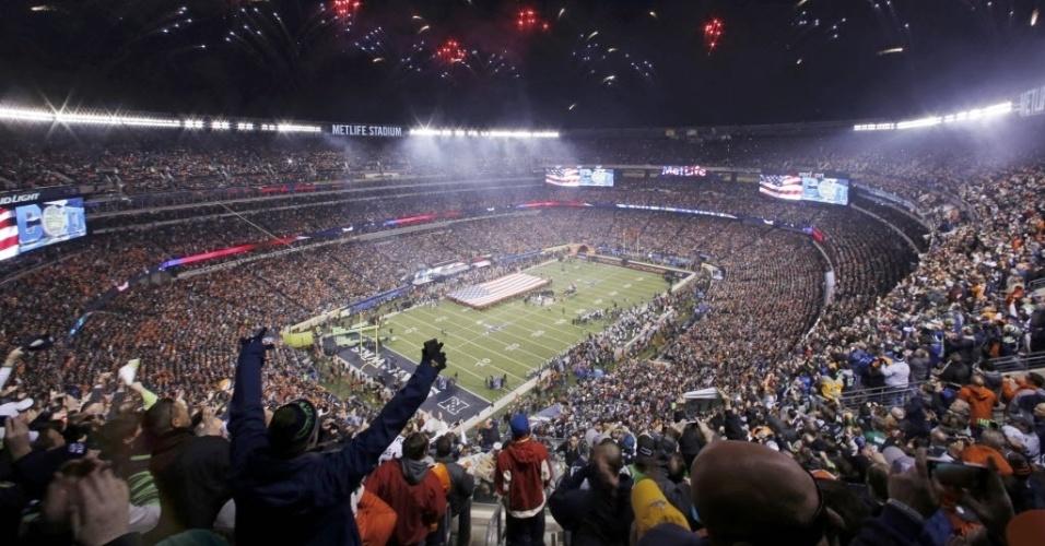 2.fev.2014 - Fogos de artifício marcam o início do Super Bowl, em New Jersey, EUA. Denver Broncos e Seattle Seahawks se enfrentam na final da liga profissional de futebol americano
