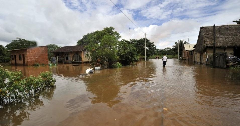 2.fev.2014 - Homem caminha pelas ruas inundadas após o transbordamento do rio Beni e fortes chuvas que atingem a Bolívia. O governo boliviano declarou emergência nacional devido a inundações, que, até agora, deixaram mais de 40 mortos e cerca de 33 mil famílias afetadas