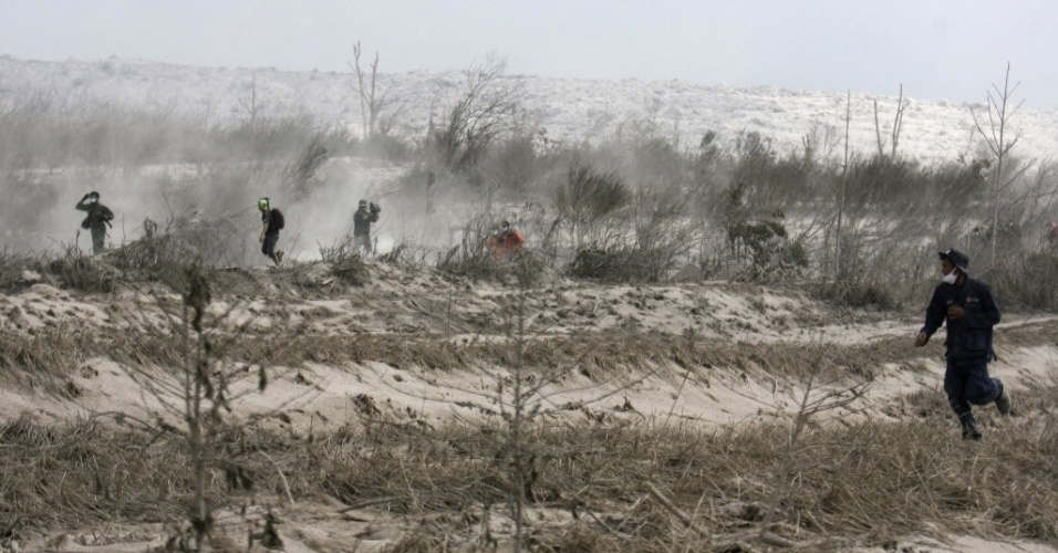 2.fev.2014 - Mais de 100 voluntários vasculham as cinzas do Monte Sinabung neste domingo (2), na ilha de Sumatra, que fica no oeste da Indonésia. O vulcão entrou em erupção no sábado (1), matando ao menos 15 pessoas. Ele entrou em atividade em 2010, após 400 anos de dormência