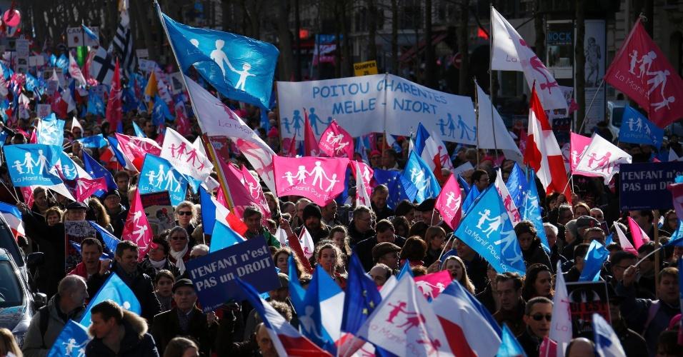 """2.fev.2014 - Manifestantes participam de marcha chamada de """"Protesto por Todos"""" (La Manif pour Tous, em francês) contra a legalização do casamento entre pessoas do mesmo sexo e a favor de """"valores das famílias tradicionais"""" em Paris"""