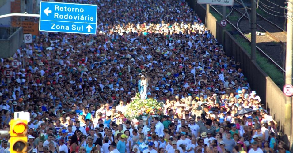 2.fev.2014 - Milhares de fiéis acompanham a missa em homenagem a Nossa Senhora dos Navegantes na manhã deste domingo (2), na Igreja do Rosário, em Porto Alegre (RS)