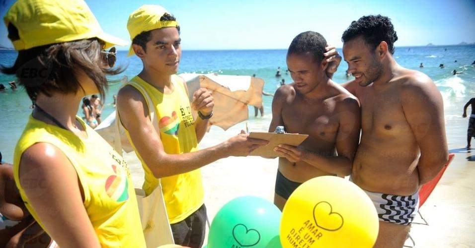 """2.fev.2014 - Na praia de Ipanema, zona sul do Rio de Janeiro (RJ), a ação """"Para Rússia, com amor"""", realizada pela Anistia Internacional e diversas outras organizações da sociedade civil, é um protesto que chama a atenção para a violência praticada contra gays na Rússia"""