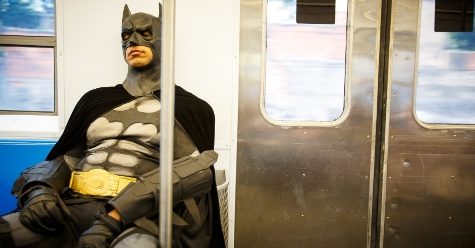 """2.fev.2014 - O Batman das manifestações do Rio vai de trem para um protesto, no último dia 28 de janeiro. Em entrevista à Folha, publicada neste domingo (2), Eron Morais de Melo, 32, o homem por trás da fantasia, afirmou que encara seu papel nas manifestações """"como uma missão"""" e admitiu ter """"síndrome de super-herói"""""""