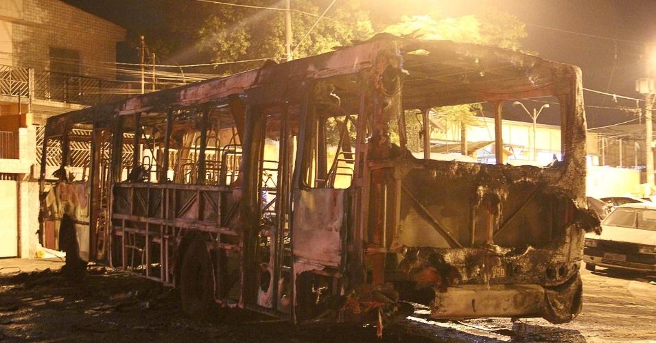 2.fev.2014 - Ônibus é incendiado na madrugada de domingo (2) na avenida Senador Vitorino Freire, zona sul de São Paulo. Quatro homens abordaram o veículo pouco após a 0h, mandaram o motorista, o cobrador e os passageiros descerem, e então atearam fogo no veículo. Segundo a polícia, não houve tentativa de assalto e ninguém ficou ferido