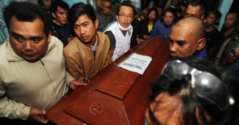 2.fev.2014 - Parentes carregam o caixão de uma vítima da erupção do Monte Sinabung, em um hospital de Kabanjahe, no oeste da Indonésia. Ao menos 15 pessoas morreram na erupção do sábado (1), que também feriu ao menos mais três pessoas