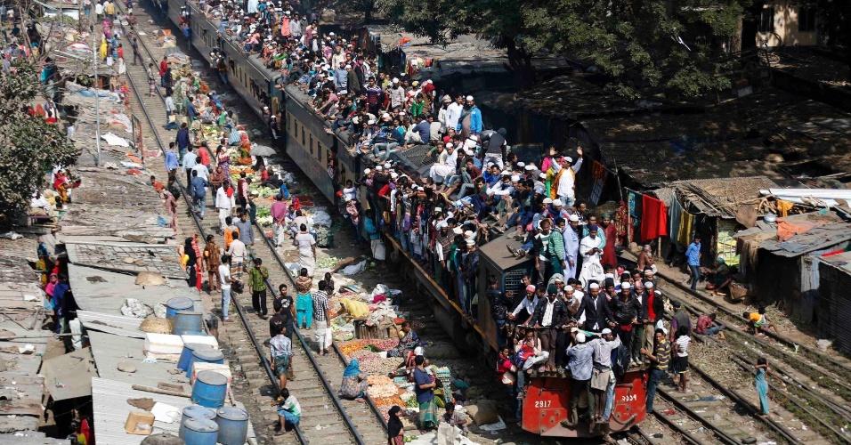 2.fev.2014 - Passageiros viajam no teto de um trem na viagem volta do festival religioso islâmico Akheri Munajat, em Dacca (Bangladesh)