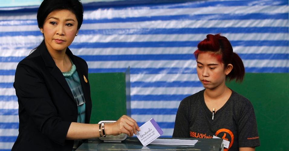 2.fev.2014 - Primeira-ministra tailandesa, Yingluck Shinawatra mostra o seu voto antes de depositá-lo em urna de posto de votação, em Bancoc. Eleitores tailandeses vão às urnas sob forte esquema de segurança, neste domingo, um dia depois de sete pessoas ficaram feridas por tiros e explosões durante um confronto entre partidários e opositores do governo em Bancoc