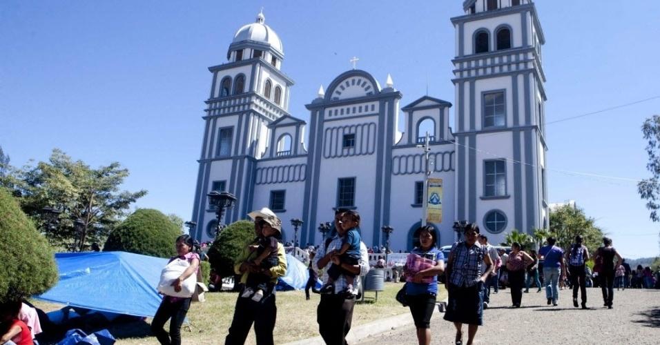 2.fev.2014 - Uma família de católicos caminha em frente à Basílica da Virgem de Suyapa em Tegucigalpa, Honduras. A imagem da Virgem de Suyapa, padroeira de Honduras, continua sendo um dos principais símbolos da fé de muitos hondurenhos, que chegam aos milhares ao seu santuário nestes dias para pedir segurança, emprego, entre outros