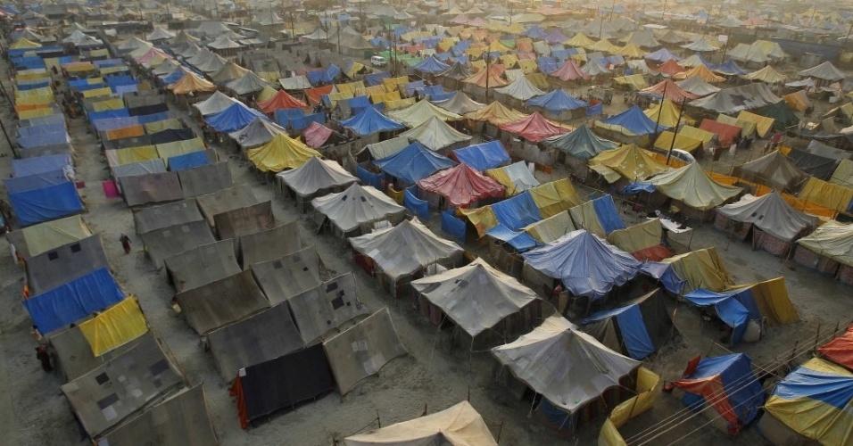 2.fev.2014 - Visão geral de uma cidade de tendas construída para os peregrinos presentes na Magh Mela, festival hindu que durou um mês, na cidade indiana de Allahabad, ao norte do país. O festival é um evento religioso anual, realizado durante o mês hindu de Magh, quando milhares de devotos hindus dão um mergulho santo nas águas do Sangam, na confluência dos rios Ganges, Yamuna e Saraswati