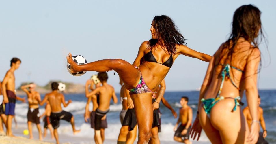 3.fev.2014 - Cariocas jogam bola na praia de Ipanema, no Rio de Janeiro
