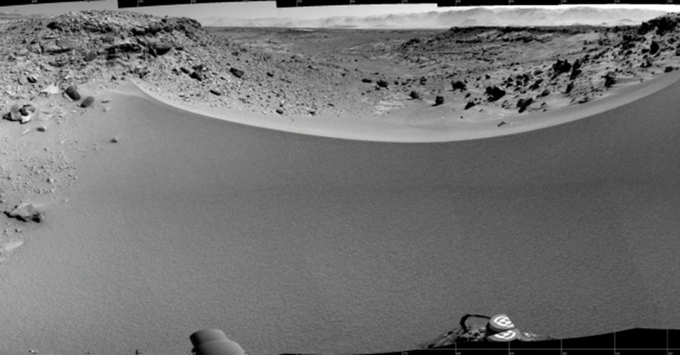 3.fev.2013 - Um mosaico de imagens da câmera de navegação da sonda Curiosity mostra o terreno para o oeste, a partir da posição da sonda, no 528º dia de Marte, em foto feita no dia 30 de janeiro e divulgada nesta segunda-feira (3). A sonda faz uma travessia há meses em uma área onde foram encontradas evidencias de antigas condições favoráveis à vida microbiológica