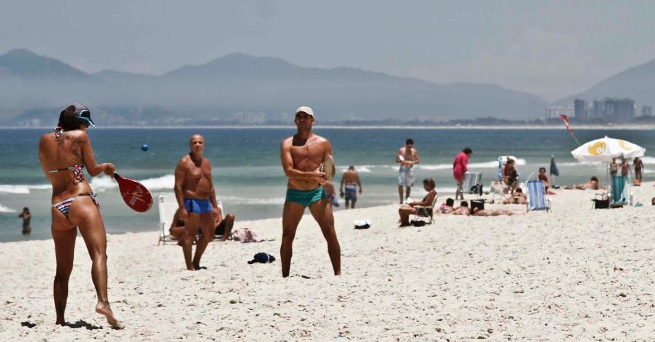 3.fev.2014 - Pessoas se divertem na praia do Pepe, na Barra da Tijuca, zona sul do Rio de Janeiro, na tarde desta segunda-feira (3). Hoje, o Rio de Janeiro teve a maior temperatura do ano, com máxima de 40,6°C