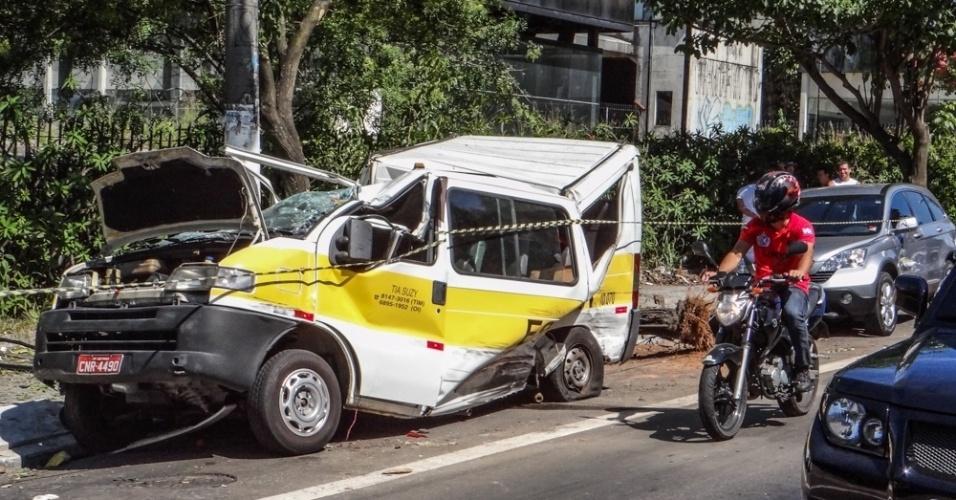 3.fev.2014 - Uma van escolar que tinha sido roubada capotou na avenida Interlagos na manhã desta segunda-feira (3), em Cidade Ademar, zona sul da cidade de São Paulo. Segundo o Corpo de Bombeiros, uma pessoa ficou ferida. O homem acusado de ter participado do roubo foi detido e o caso foi registrado no 99°DP (Campo Grande). De acordo com a Polícia Civil, não havia crianças dentro do veículo no momento do acidente