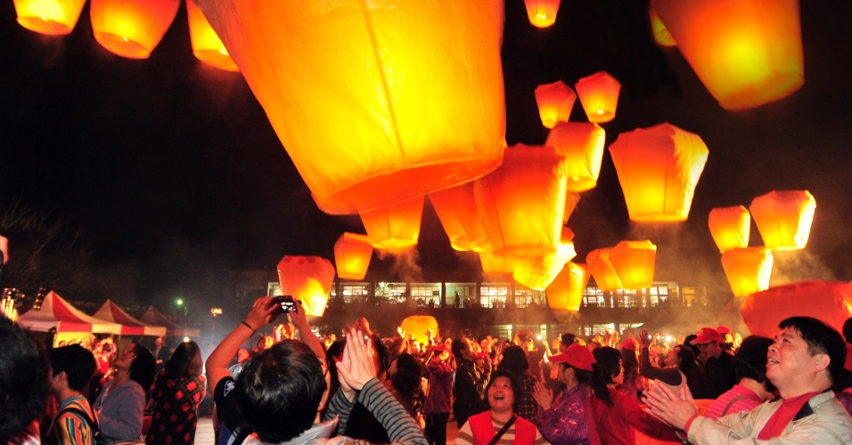 4.fev.2014 - Céu da cidade de Xinbei, em Taiwan, é colorido por 600 lanternas durante o Festival Internacional Pingsi, na segunda-feira (3). O evento faz parte das celebrações do Ano-Novo Chinês