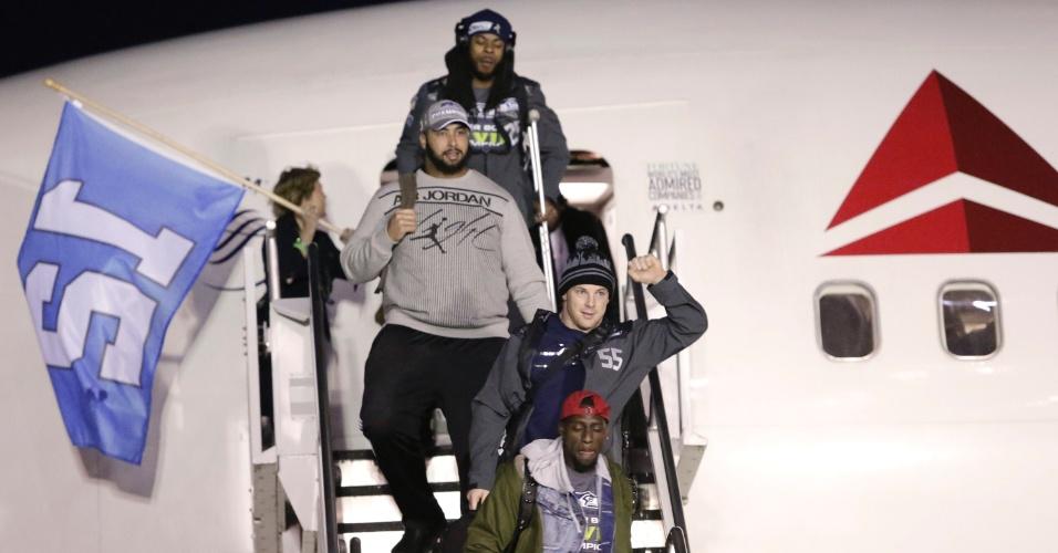 4.fev.2014 - Jogadores do Seattle Seahawks recebem as boas-vindas dos funcionários da companhia aérea no Aeroporto de Seatac, em Seattle (EUA), na segunda-feira (03)