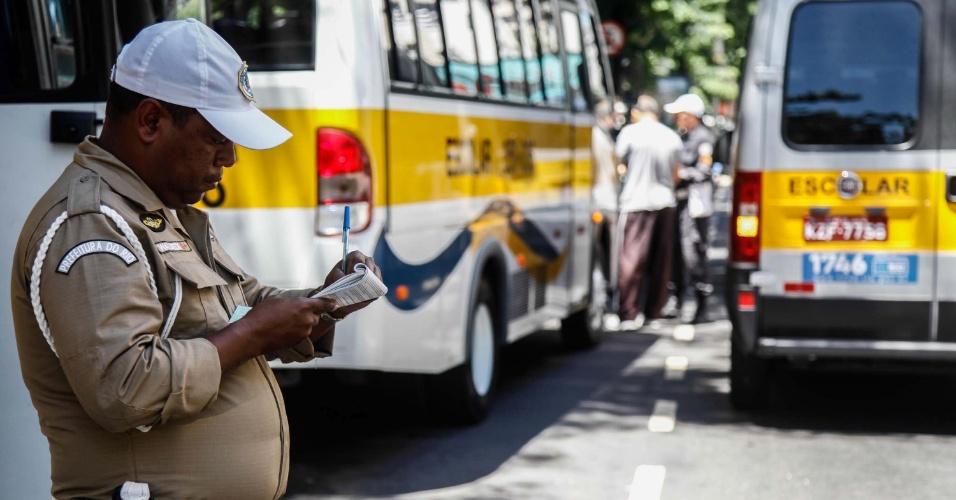 4.fev.2014 - Agentes da prefeitura realizam operação para combater irregularidades em vans escolares, na região de Botafogo, no Rio de Janeiro (RJ), nesta terça-feira (04)