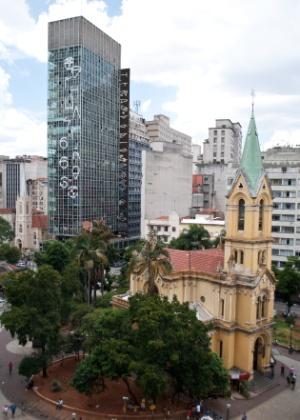 4.fev.2014 - Antigo prédio da Polícia Federal, localizado na avenida Rio Branco, nas imediações do largo do Paissandu, no centro de São Paulo, apareceu nesta terça-feira (4) com pichação gigante