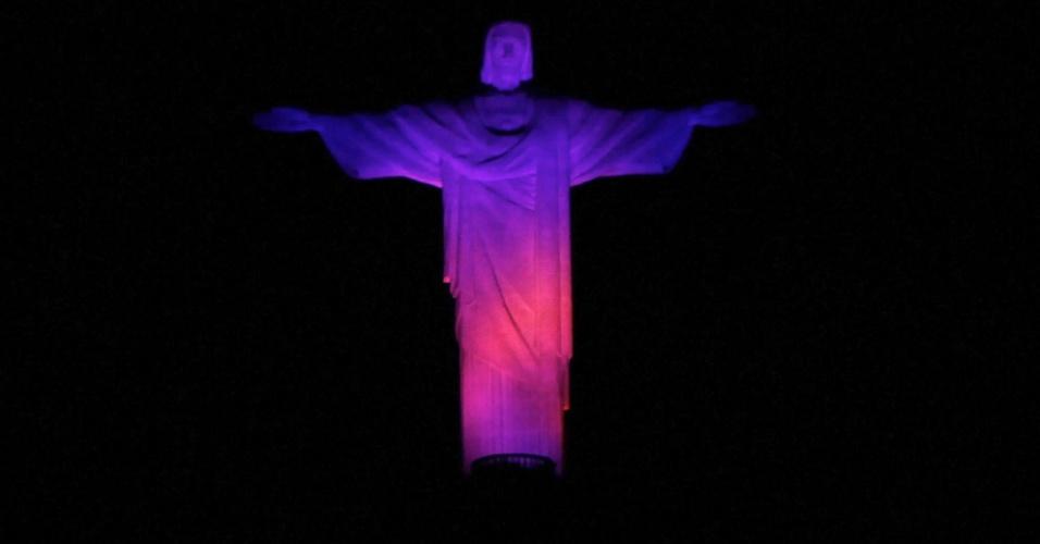 4.fev.2014 - Cristo Redentor e o morro da Urca, localizados na zona sul do Rio de Janeiro, ganharam uma iluminação especial na noite desta terça-feira (4). A ação foi realizada para divulgar a campanha Desvende Mitos do Câncer